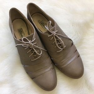 Clark's Oxford Cut Out Leather Tie Up Loafers